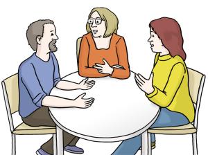 Drei Personen sitzen an einem Tisch und reden